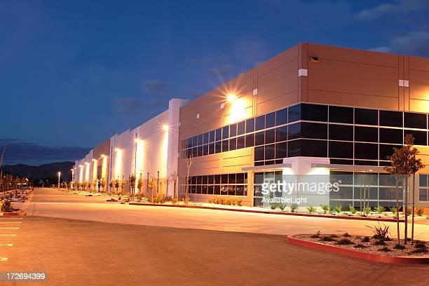 twilight industrial building 3074 - schemering stockfoto's en -beelden