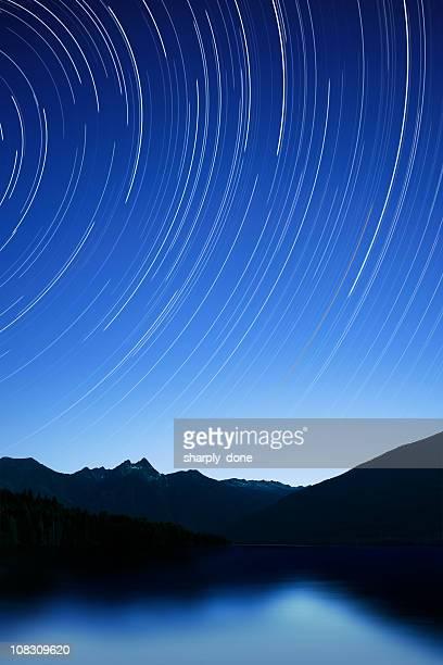 Montañas con cielo estrellado cielo al anochecer