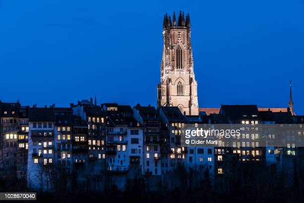 twilight over the fribourg cathedral in switzerland - フリブール州 ストックフォトと画像