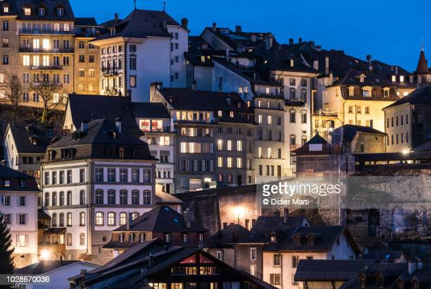 twilight over the fribourg old town in switzerland - フリブール州 ストックフォトと画像