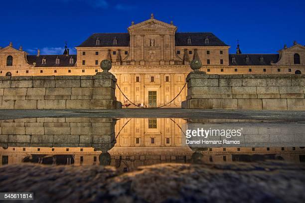 twilight photo of the main entrance to the monasterio de el escorial, reflected in the water madrid. spain - renacimiento fotografías e imágenes de stock
