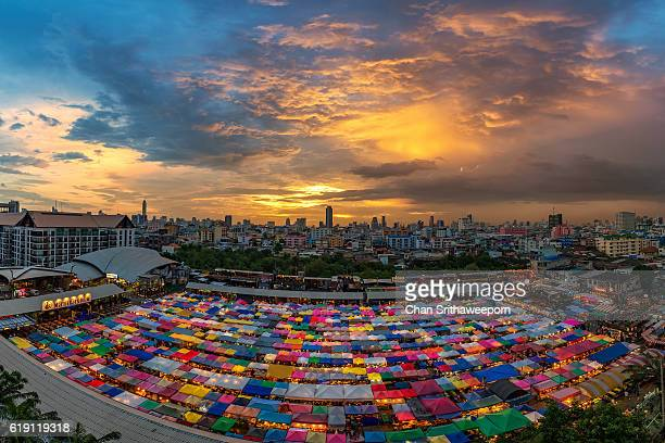 twilight scene of colorful tents and cityscape at night train market in bangkok - mercado espaço de venda no varejo - fotografias e filmes do acervo