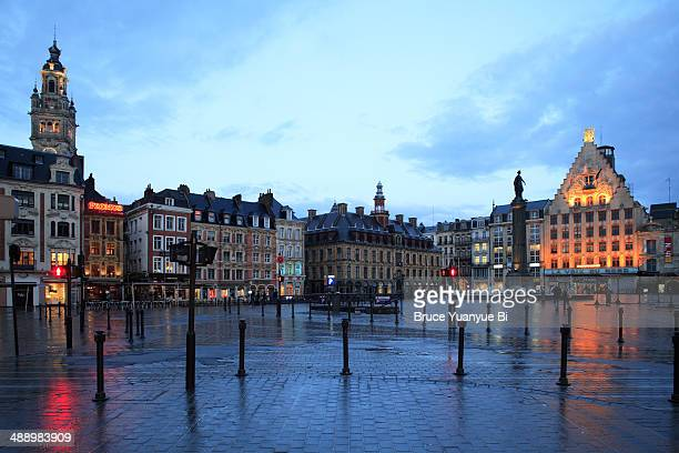 twilight view of the grand place - nord frankrijk stockfoto's en -beelden