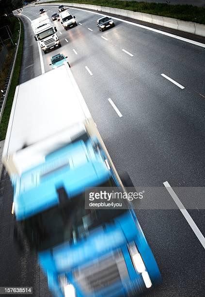 Twillight auf dem freeway-Lkw auf der Autobahn