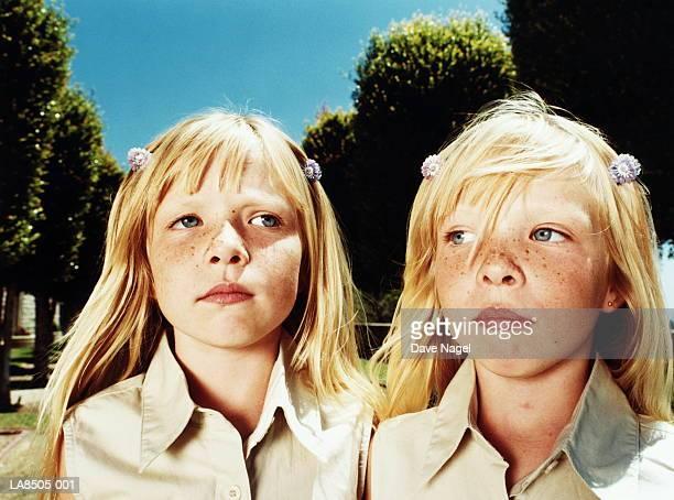 twin girls (6-8), close-up - 双子 ストックフォトと画像