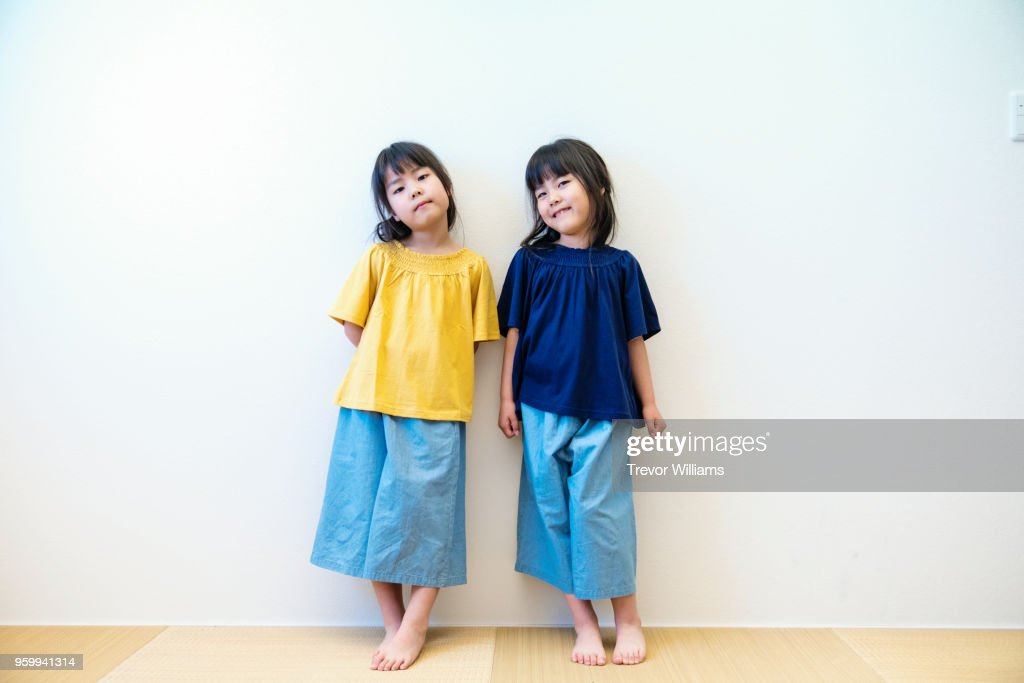 Twin girls standing together : Stock-Foto
