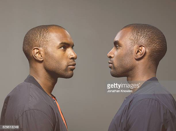 twin image, dark skinned male - encarando - fotografias e filmes do acervo