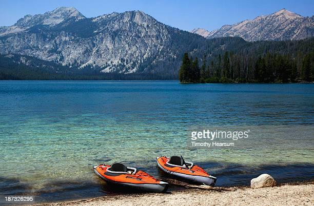 twin kayaks on the shore of a pristine lake - timothy hearsum stock-fotos und bilder