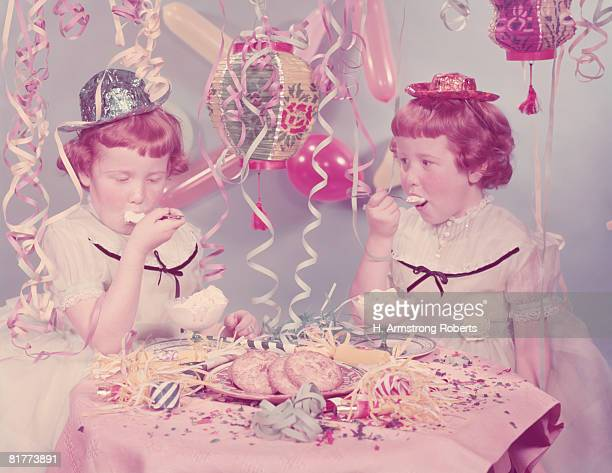 twin red haired, freckle faced girls eating ice cream at birthday party. (photo by h. armstrong roberts/retrofile/getty images) - happy birthday vintage stockfoto's en -beelden