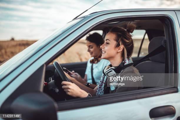 soeur jumelle ayant un voyage de route sur une journée ensoleillée d'été - a la mode photos et images de collection