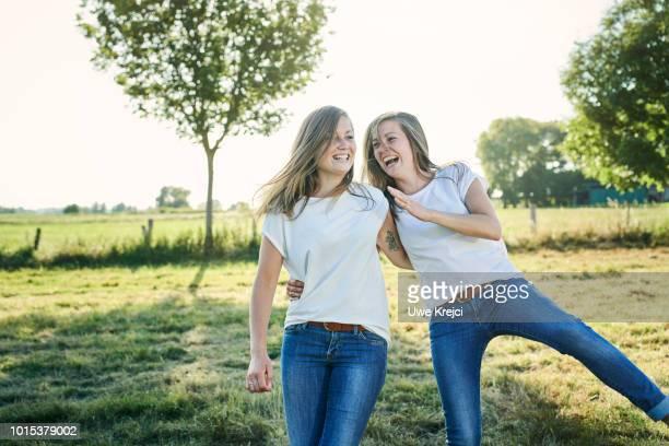 twin sisters - 姉妹 ストックフォトと画像