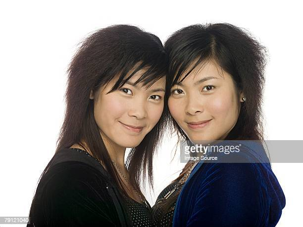 twin sisters - identical twin stock pictures, royalty-free photos & images