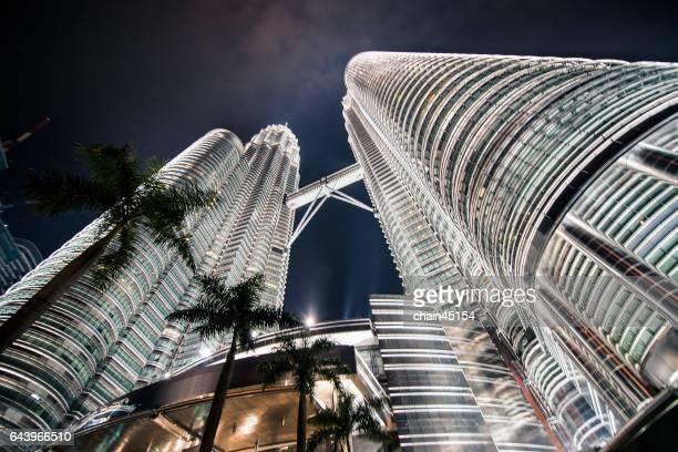 twin tower at kuala lumpur, malaysia. - torres petronas - fotografias e filmes do acervo