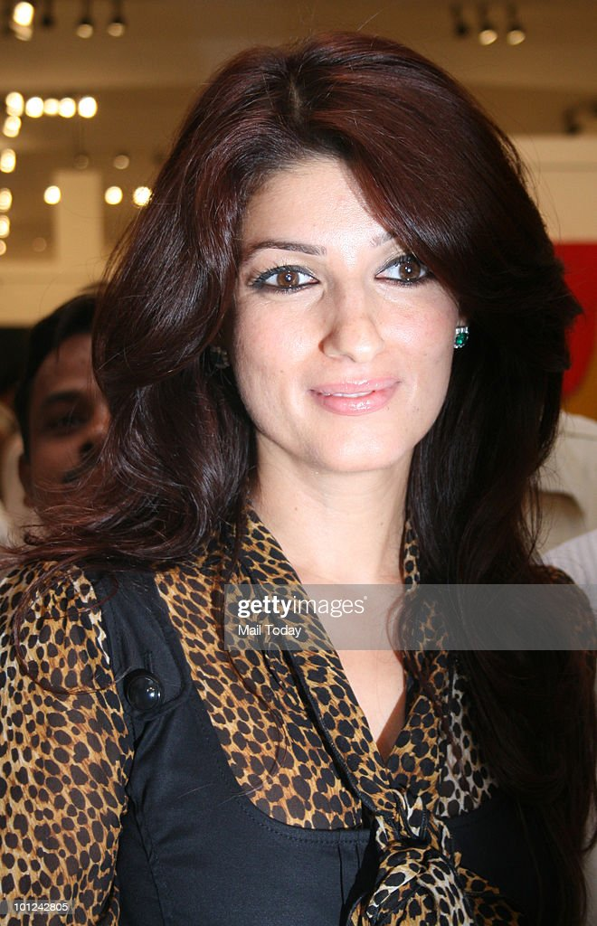 Twinkle Khanna during the Prithvi Soni's realistic canvas paintings inaugural function at Jehangir Art Gallery, in Mumbai on May 27, 2010.