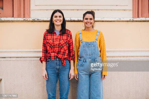 tweeling die op de straat danst - zus stockfoto's en -beelden