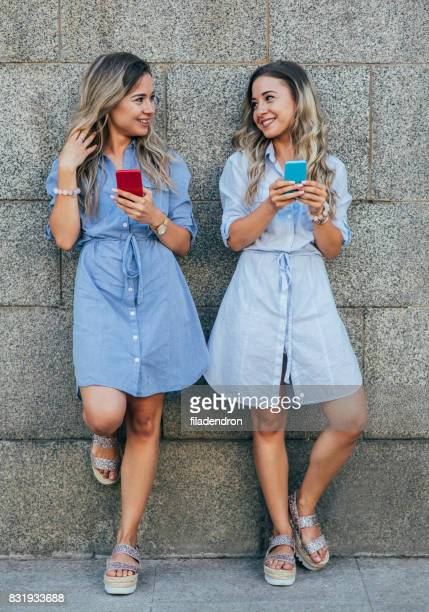 Twins texting in de stad