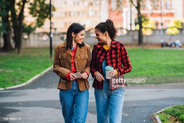jumeaux marchant et ayant l'amusement ensemble - soeur photos et images de collection