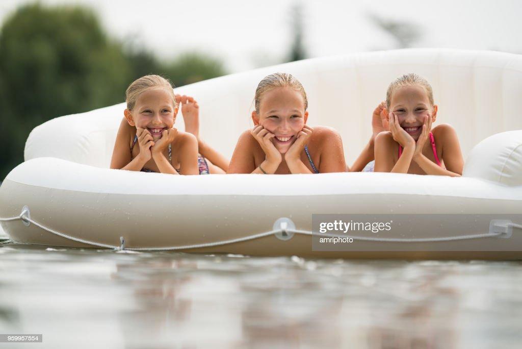 Zwillinge mit Schwester in der Mitte auf See : Stock-Foto
