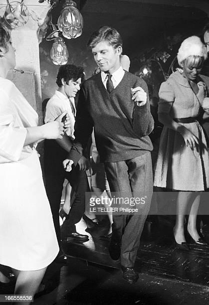 Twist At Regine A Paris dans le club 'Chez Régine' sur la piste de danse éclairée en lumière tamisée un jeune homme nonidentifiée dansant le twist...