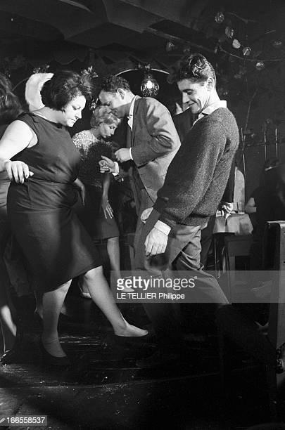 Twist At Regine A Paris dans le club 'Chez Régine' sur la piste de danse éclairée en lumière tamisée Sacha DISTEL dansant le twist avec REGINE parmi...