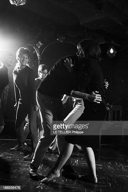Twist At Regine A Paris dans le club 'Chez Régine' sur la piste de danse éclairée en lumière tamisée un couple de jeunes gens nonidentifiés dansant...