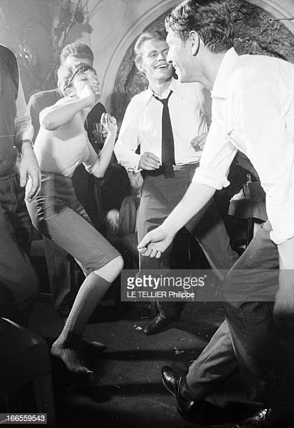 Twist At Regine A Paris dans le club 'Chez Régine' sur la piste de danse éclairée en lumière tamisée ZOUZOU 'la twisteuse' portant un petit bonnet...