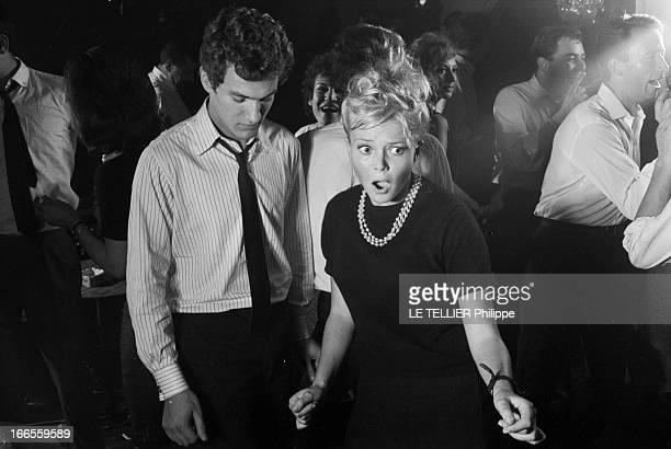 Twist At Regine A Paris dans le club 'Chez Régine' sur la piste de danse éclairée en lumière tamisée un couple de jeunes gens nonidentifiés dans une...