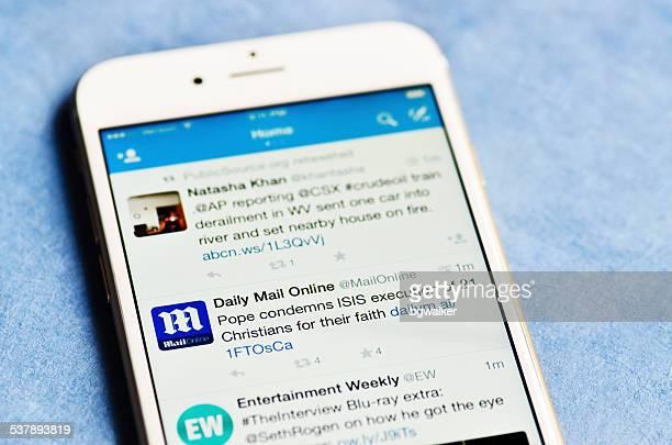 twitter on iphone 6 - mensajería instantánea fotografías e imágenes de stock