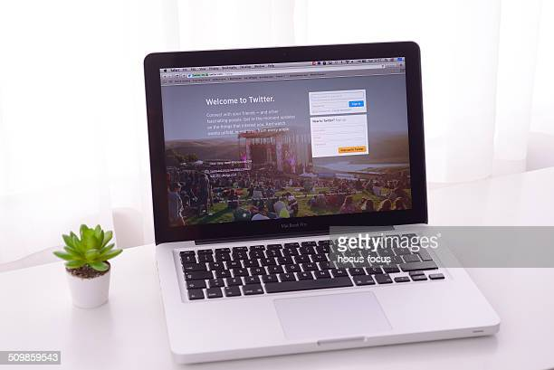 のマックブックツイッター - マック・コンピューター ストックフォトと画像