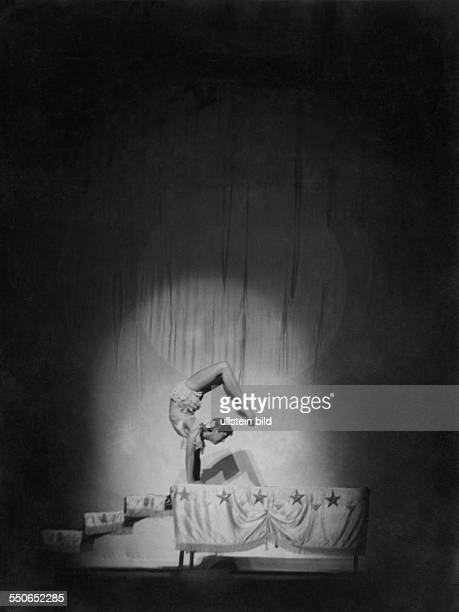 Two acrobats perform the Perche Act Photographer Willy Pragher Published by 'Die Dame' 20/1935 Vintage property of ullstein bild