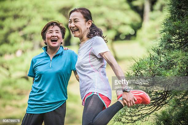 Deux femmes riant japonais active, un étirement de jambe