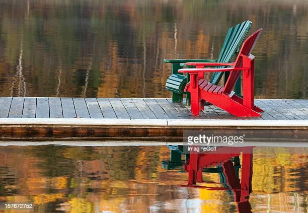 Zwei Adirondack Stühle auf einem Dock
