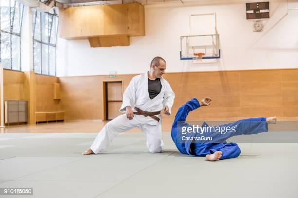 twee volwassen mannen in judo wedstrijd - judo stockfoto's en -beelden