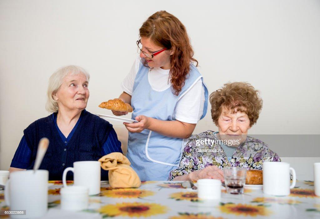 Två vuxna Senior med frukost : Bildbanksbilder