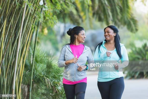 Dos mujeres afroamericanas para correr juntos