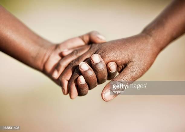 Zwei afrikanische Kinder Hände halten