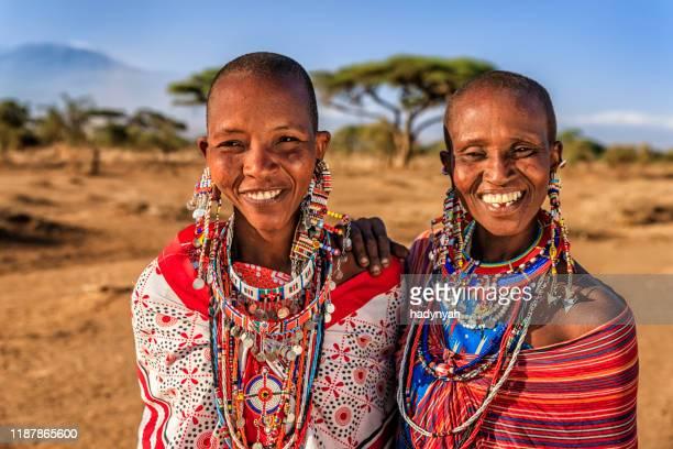 zwei afrikanerinnen aus maasai-stamm, kenia, ostafrika - afrikanischer volksstamm stock-fotos und bilder