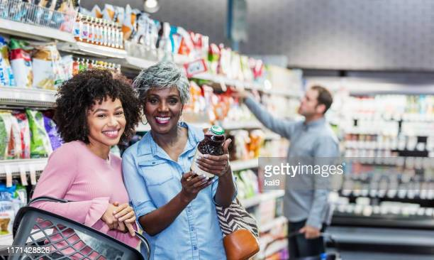 duas mulheres do african-american no supermercado - afro americano - fotografias e filmes do acervo