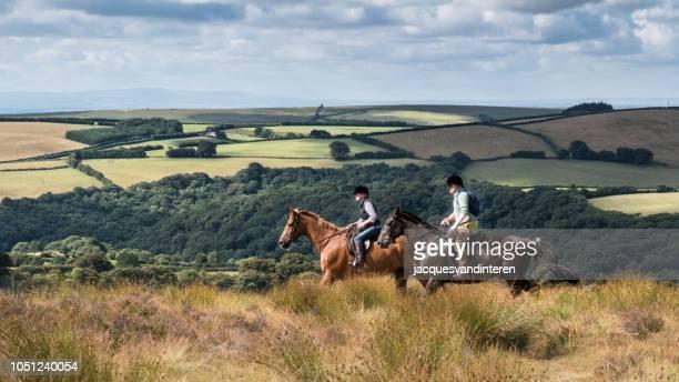 兩個 amazones 在典型的埃克塞特風景, 英國 (英國) - exmoor national park 個照片及圖片檔
