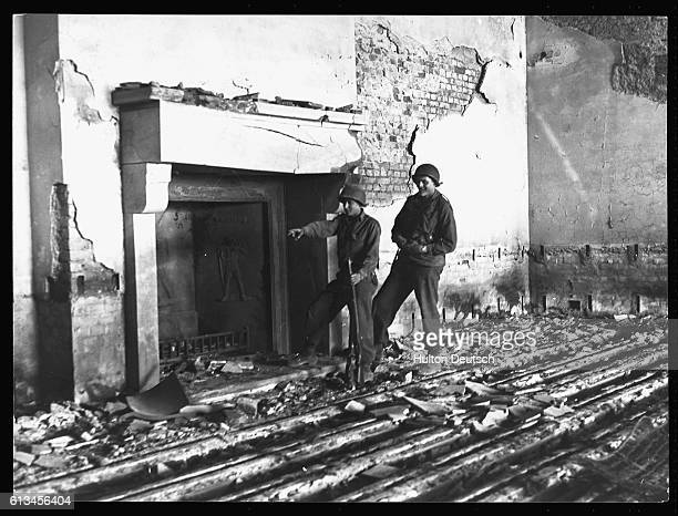 Two American GIs examine the ruins of Hitler's chalet Berghof | Location Near Berchtesgaden Germany