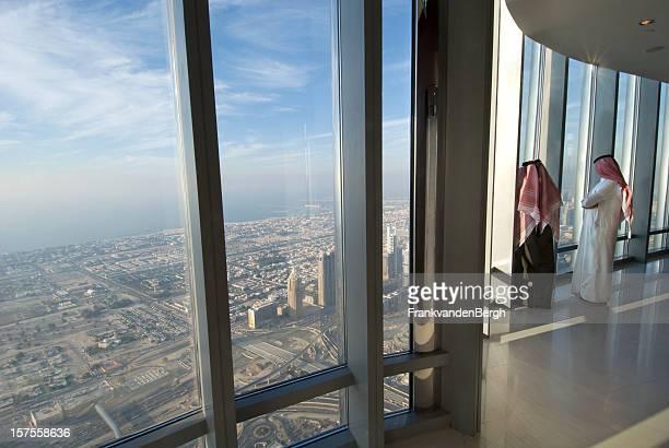 Dos hombres árabe en Burj Khalifa