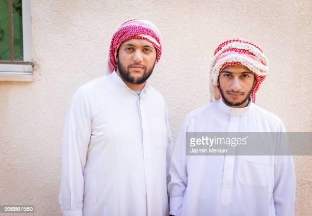two arabian guys - homme marocain photos et images de collection