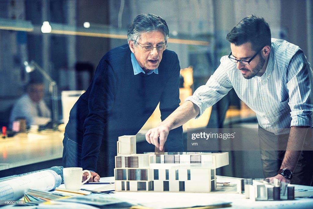 Deux architectes de discuter de nouveau projet : Photo