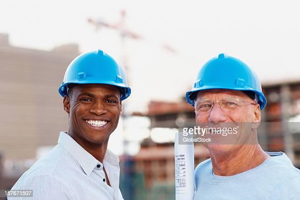 Zwei Architekten, die Gebäude tragen Helme auf der Website