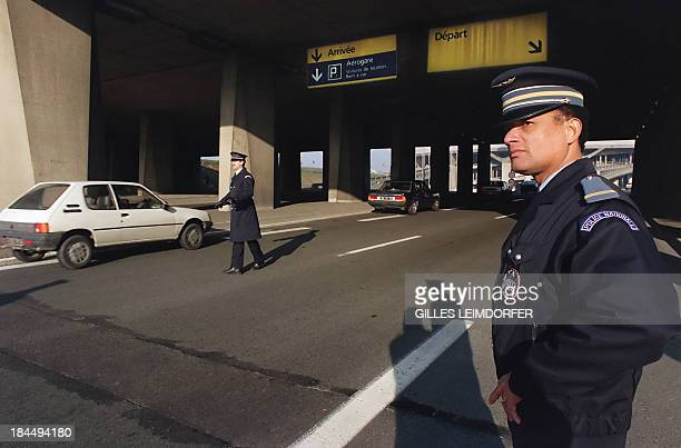 Two armed security policemen stand guard at Roissy Charles de Gaulle airport 17 January 1991 as security mesures have been stepped up as a wave of...