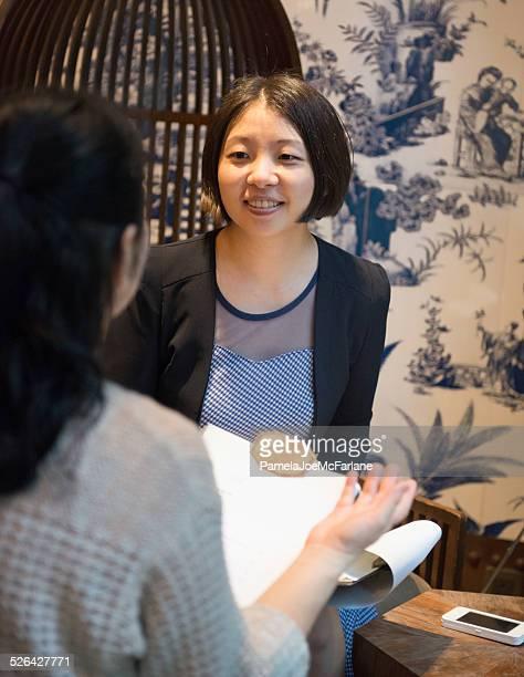 アジアの女性に話している 2 つのビジネスランチ