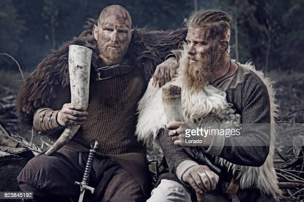 deux guerriers viking barbu caucasien authentique dans la forêt en plein air - viking photos et images de collection