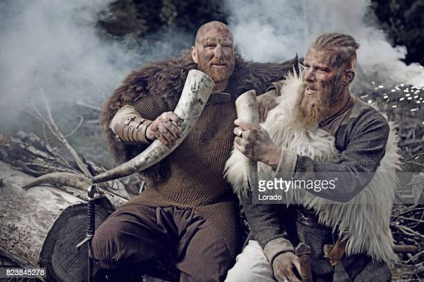 Zwei authentische kaukasischen bärtige Wikinger-Krieger in Outdoor-Wald