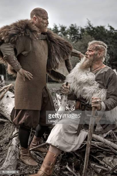 Twee authentieke Kaukasische bebaarde Viking krijgers in openlucht bos omgeving