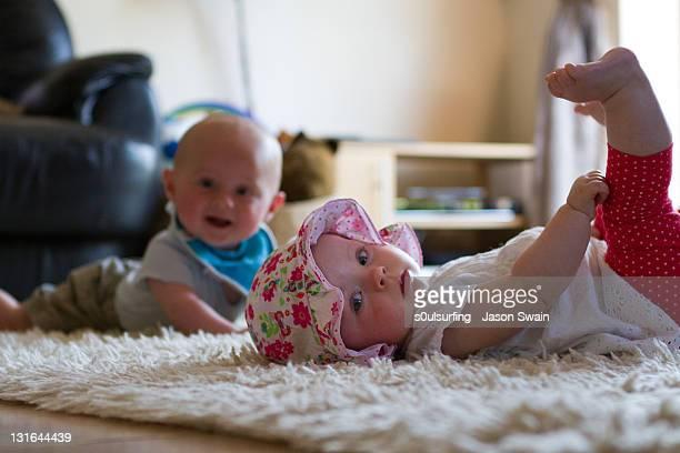 two babies - 0 1 mes fotografías e imágenes de stock
